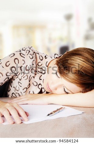 woman asleep at her desk in work time