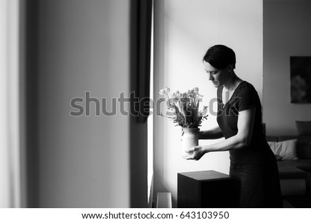 woman at home decorating flowers