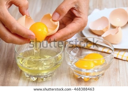 "stock photo woman hands breaking an egg to separate egg white and yolks and egg shells at the background 468388463 5 สุดยอดอาหารบำรุง ""สมอง"" มีอะไรบ้าง???"