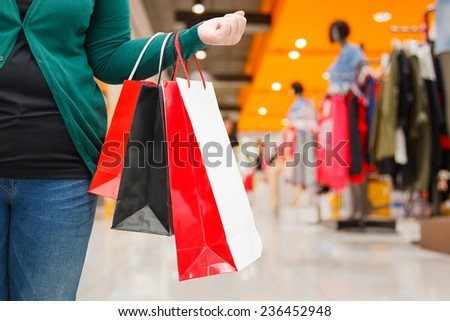 woman holding shopping bag in mall
