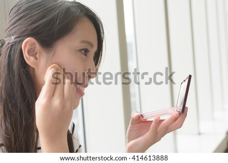 woman makeup in a public place