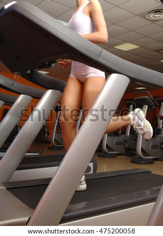 woman training in gym on tapis roulant