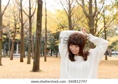 Woman who stretches in a park