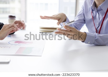 Woman will be described with reference to the smart phone - stock photo