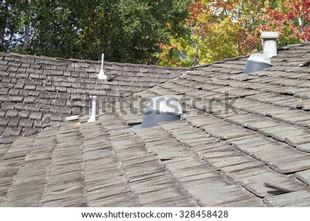 Wood Shake Shingle Roof More Then 30 Years Old Decaying And Falling Apart.  Exceeded Life