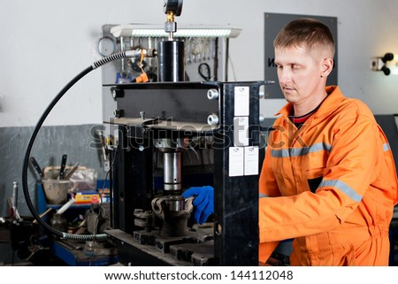 Work on the hydraulic press. Car repair