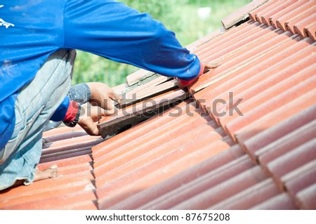 workers construct for repairing roof