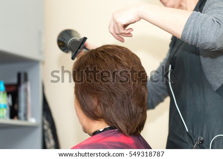 wrap hair curling in a beauty salon