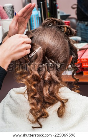 Wrap the hairdresser curling iron, curling irons