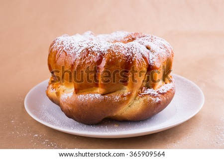yeast cake with icing sugar on a plate