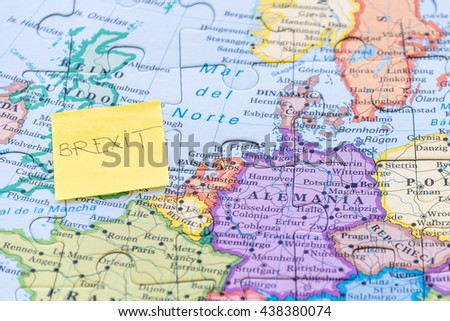 Yellow note on with the text brexit stick on a European map