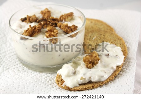 Yogurt with walnuts and Gorgonzola
