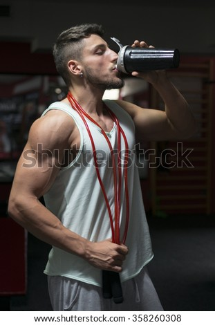 Young athlete bodybuilder using steroids for increasing lean masse - stock photo
