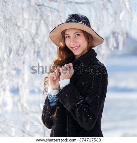 Young beautiful woman posing in winter park