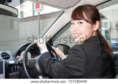 Young business woman in car	Young business woman in car