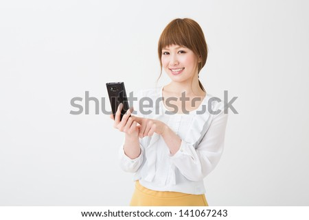 Young businesswoman to see a smart phone