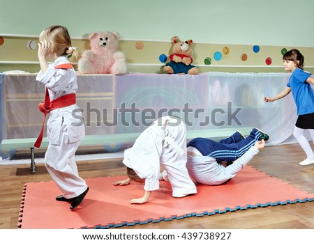 Young children are trained tumbling on the mat