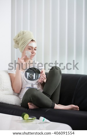 young woman does mask at home on the youch