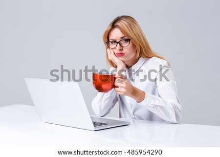 young woman sitting in the table and using laptop