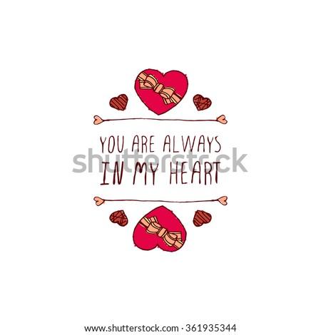 thiệp chúc mừng ngày Thánh Valentine.  Bạn luôn trong trái tim tôi.  biểu ngữ Typographic với văn bản và vẽ nguệch ngoạc hình trái tim kẹo sô cô la.  Vector huy hiệu handdrawn.
