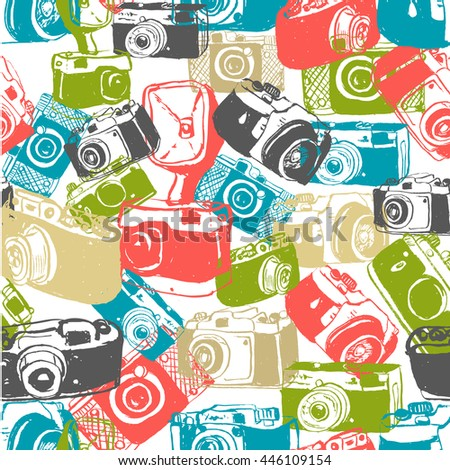Seamless vintage hand drawn photo cameras background. old style retro photo cameras pattern.